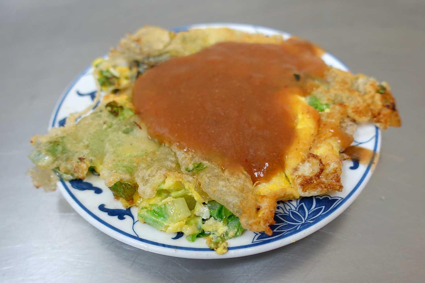 台北駅最寄りの人気夜市・寧夏夜市「賴雞蛋蚵仔煎」の雞蛋蚵仔煎(牡蠣オムレツ)