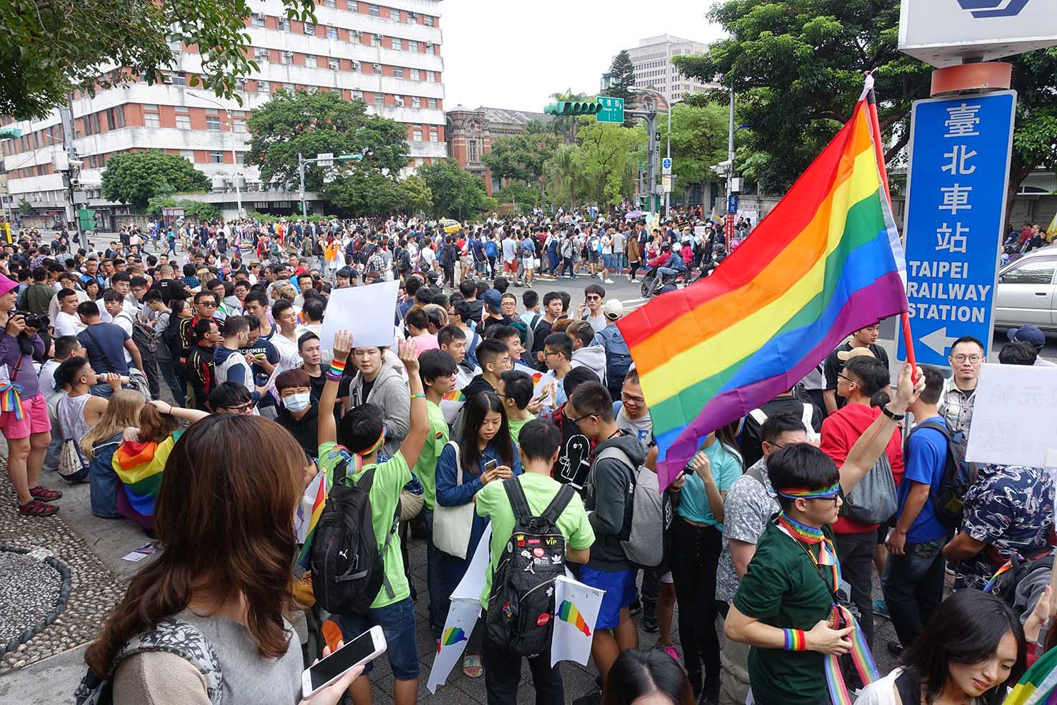 台湾LGBTプライド(台灣同志遊行)2017の会場へと向かう参加者たち
