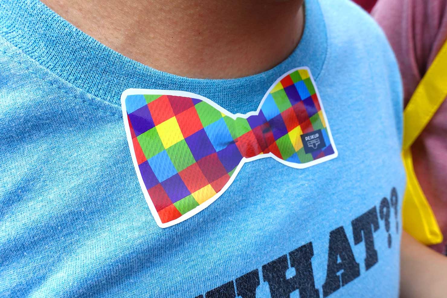 台湾LGBTプライド(台灣同志遊行)2017で配布された蝶ネクタイ型のにじいろステッカー