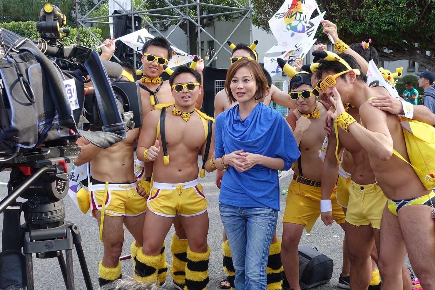 台湾LGBTプライド(台灣同志遊行)2017で取材をするテレビ局記者