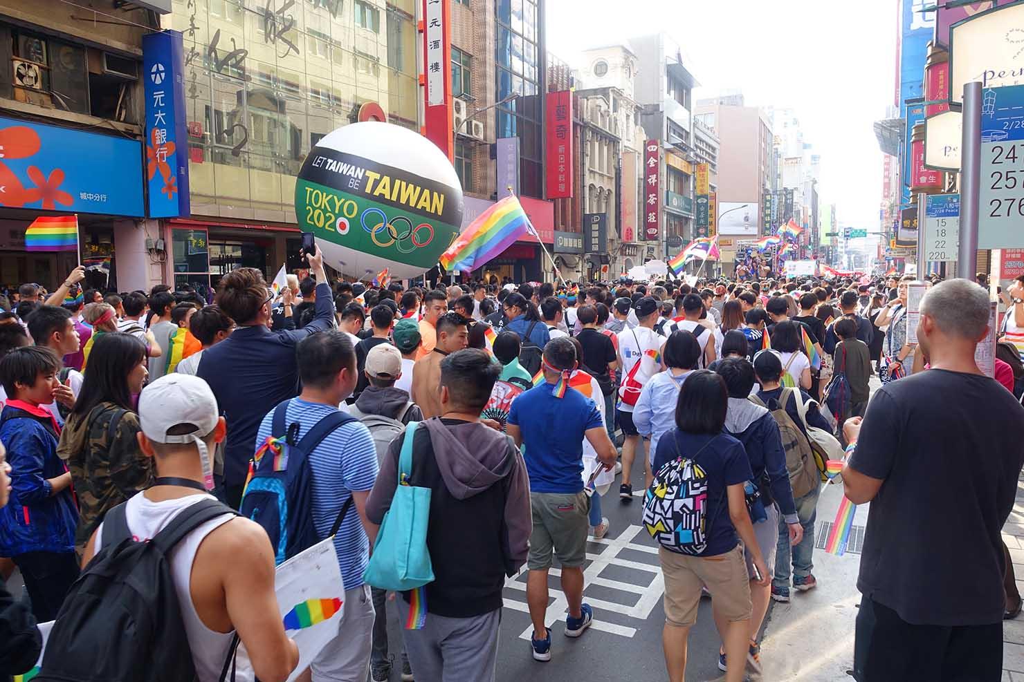 台湾LGBTプライド(台灣同志遊行)2017で衡陽路を歩くパレード隊列