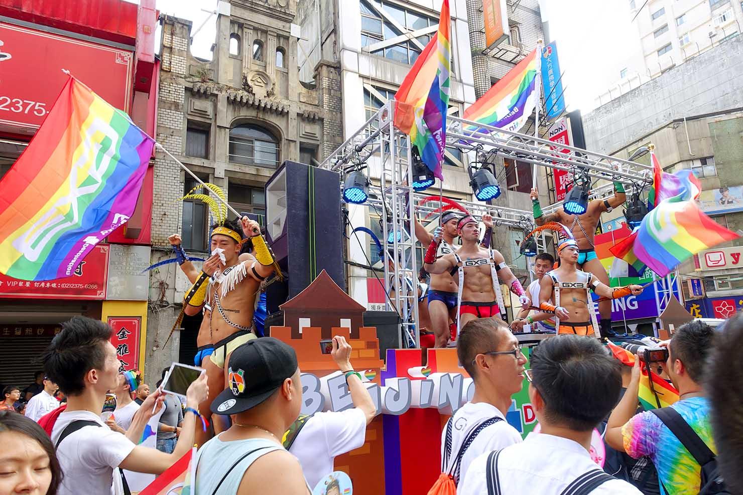 台湾LGBTプライド(台灣同志遊行)2017でレインボーフラッグを振るGOGOBOYS