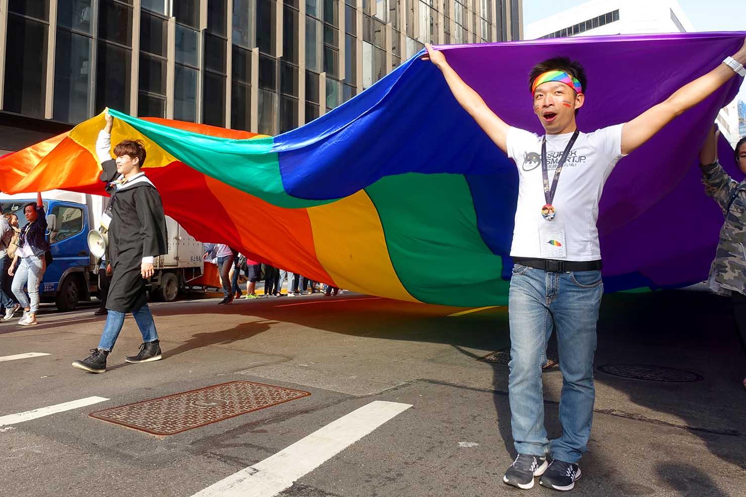 台湾LGBTプライド(台灣同志遊行)2017で巨大レインボーフラッグを掲げる先頭集団