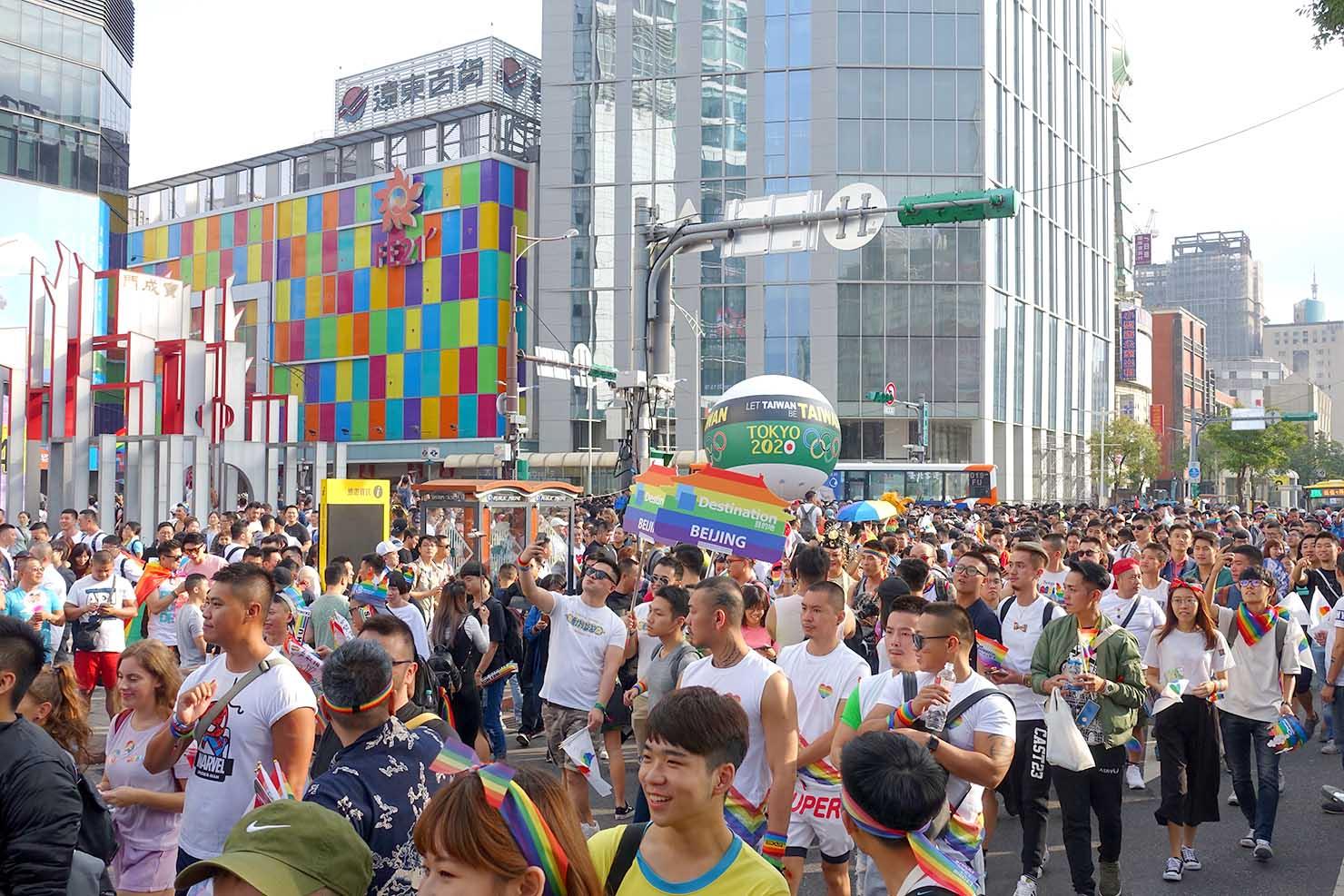 台湾LGBTプライド(台灣同志遊行)2017で西門駅前を曲がるパレード隊列
