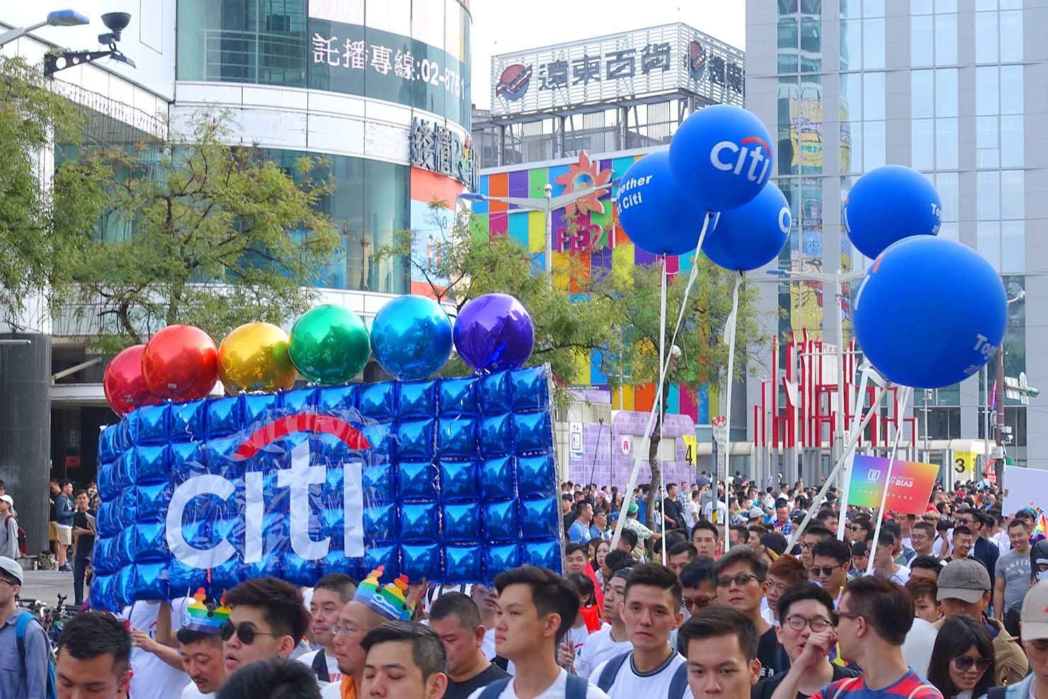 台湾LGBTプライド(台灣同志遊行)2017のパレードに参加するcitybank