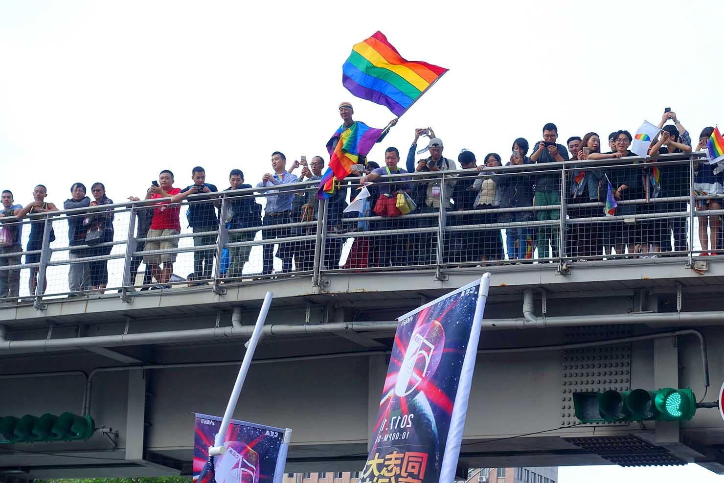 台湾LGBTプライド(台灣同志遊行)2017でレインボーフラッグを振る祁家威氏