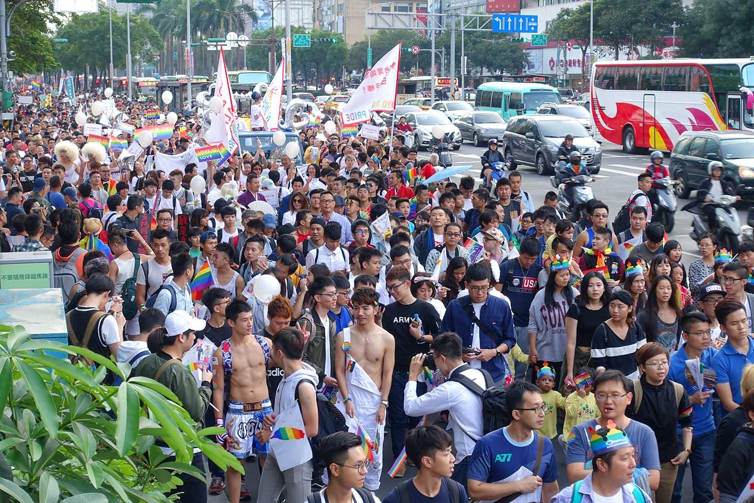 台湾LGBTプライド(台灣同志遊行)2017で台北駅へと向かうパレード隊列