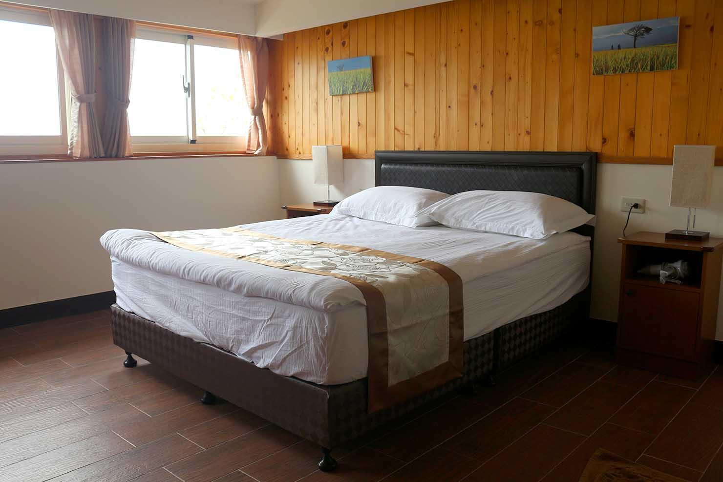 台東・池上の快適ゲストハウス「曬榖場 Buda Banai」ダブルルームのベッド
