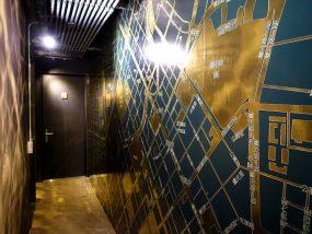 台中駅徒歩10分のリーズナブルなおすすめミニホテル「光原宿 Light House」の宿泊フロアに飾られた金色の地図