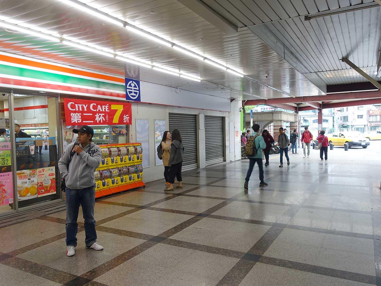 旧台中駅改札出口のセブンイレブン