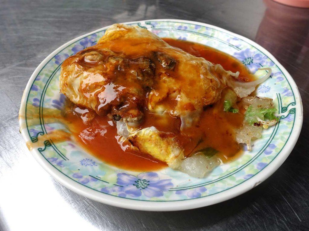 台南・永樂市場(國華街)のおすすめ台湾グルメ店「石精臼蚵仔煎」の蚵仔煎(牡蠣オムレツ)