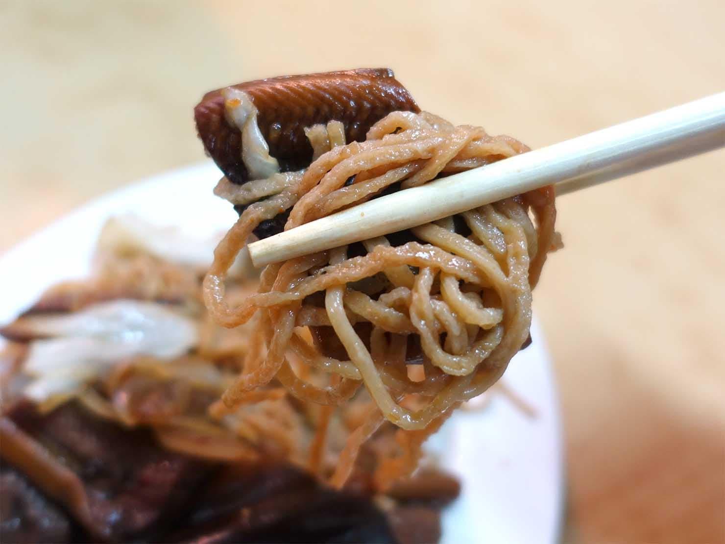 台南・永樂市場(國華街)のおすすめ台湾グルメ店「黃記鱔魚意麵」の乾炒鱔魚意麵クローズアップ