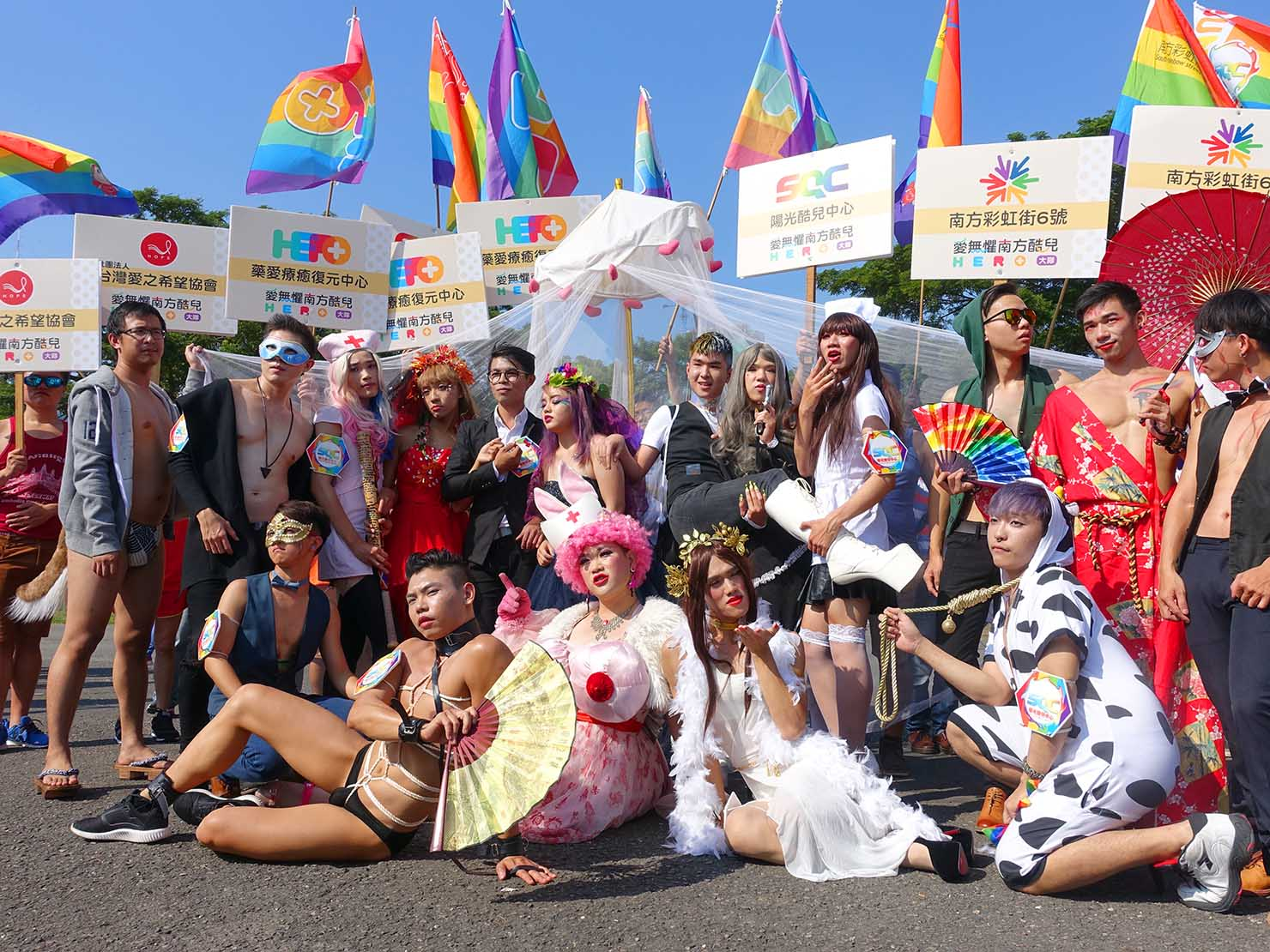 高雄同志大遊行(高雄レインボーパレード)2017で写真撮影に応じるグループ
