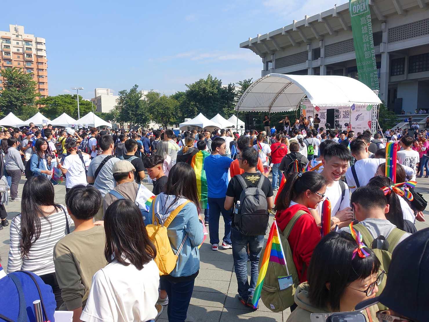 高雄同志大遊行(高雄レインボーパレード)2017の会場に集まる参加者たち