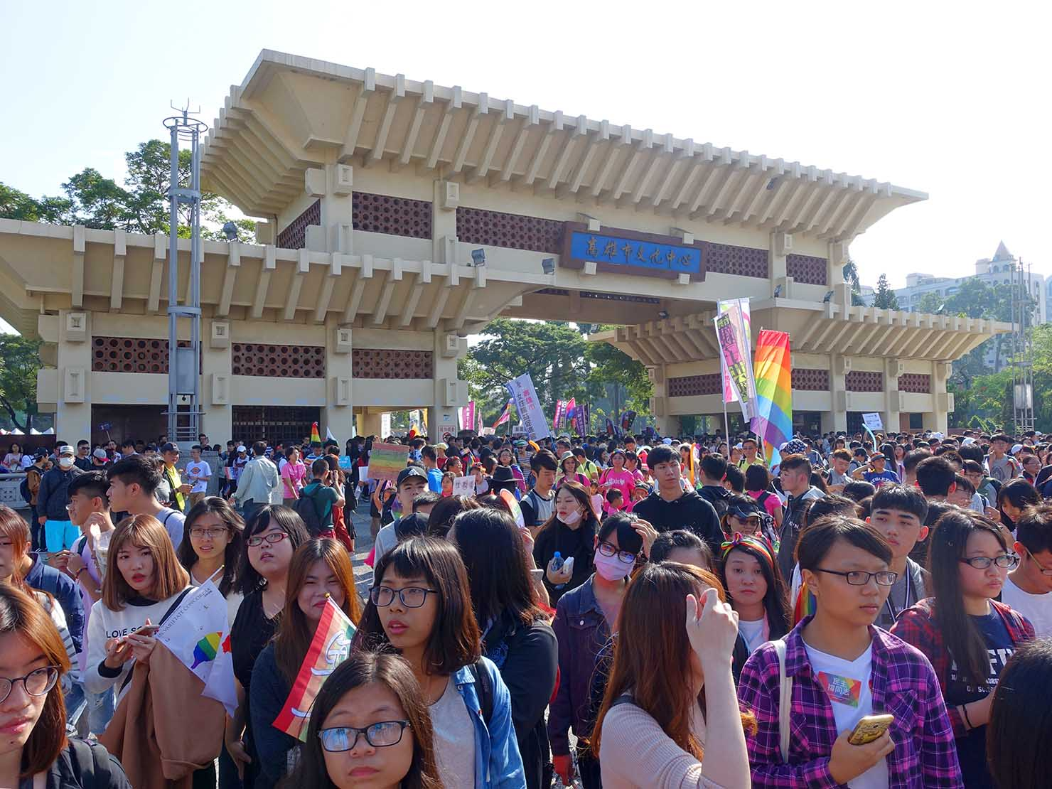 高雄同志大遊行(高雄レインボーパレード)2017の会場「文化中心」に集まる参加者たち