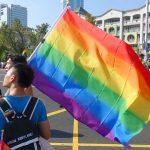 高雄同志大遊行(高雄レインボーパレード)2017でレインボーフラッグを担ぐ台湾男子