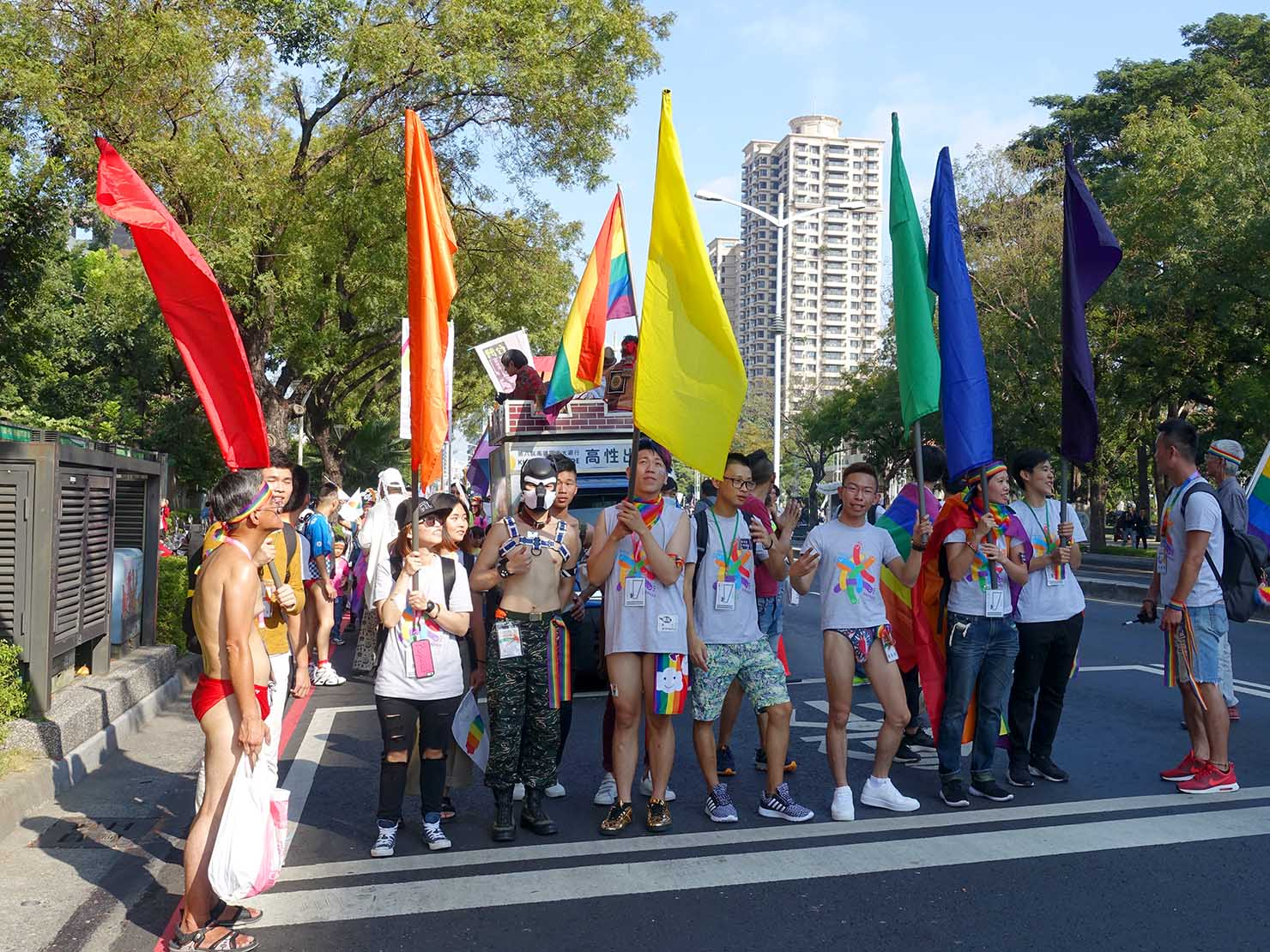 高雄同志大遊行(高雄レインボーパレード)2017のパレードを先導する6色の旗