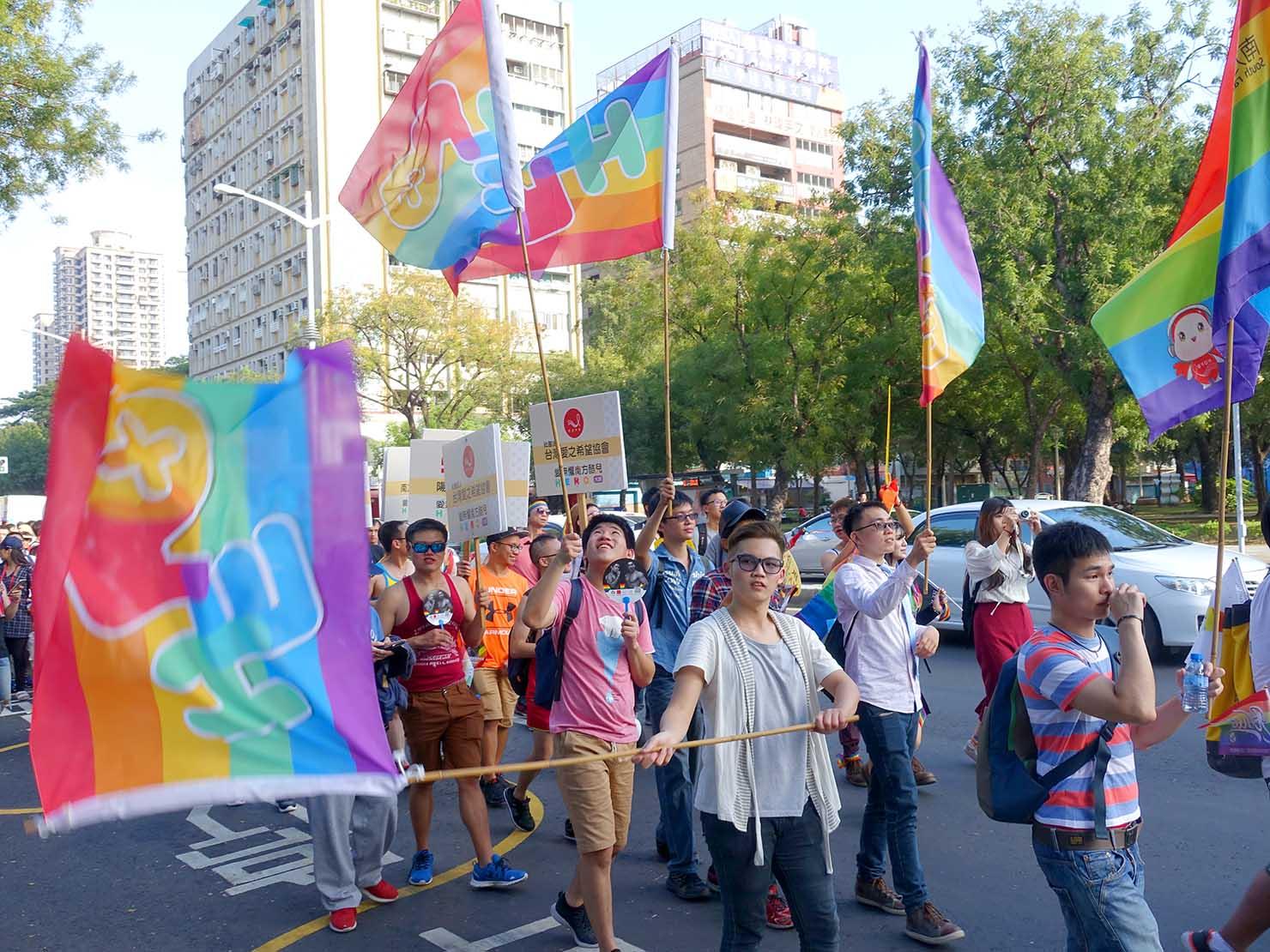 高雄同志大遊行(高雄レインボーパレード)2017でレインボーフラッグを振る一団