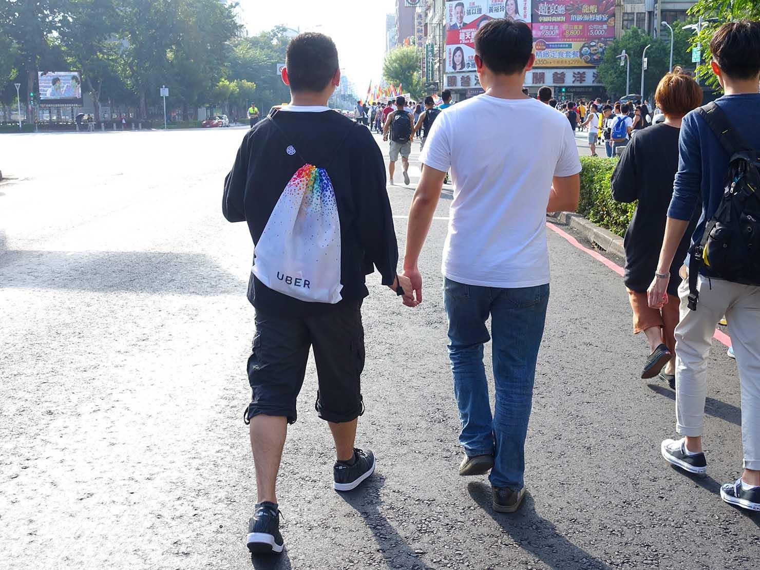 高雄同志大遊行(高雄レインボーパレード)2017で手を繋いで歩くゲイカップル