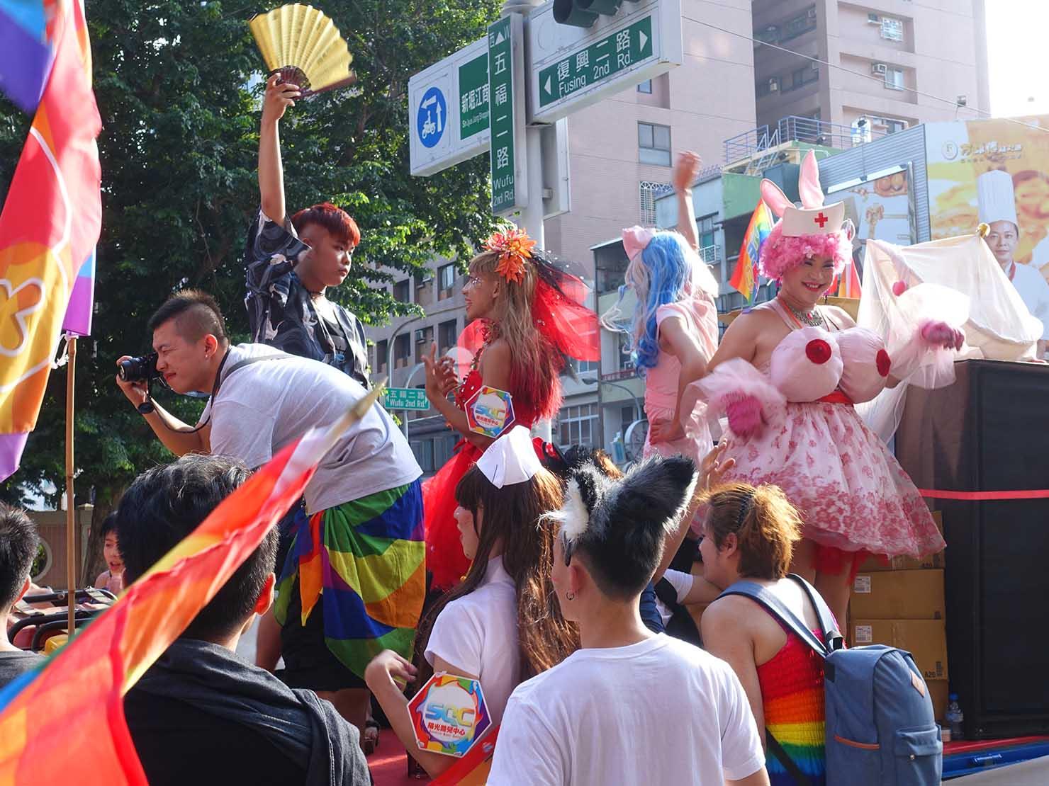 高雄同志大遊行(高雄レインボーパレード)2017のパレードカーでパフォーマンスするグループ