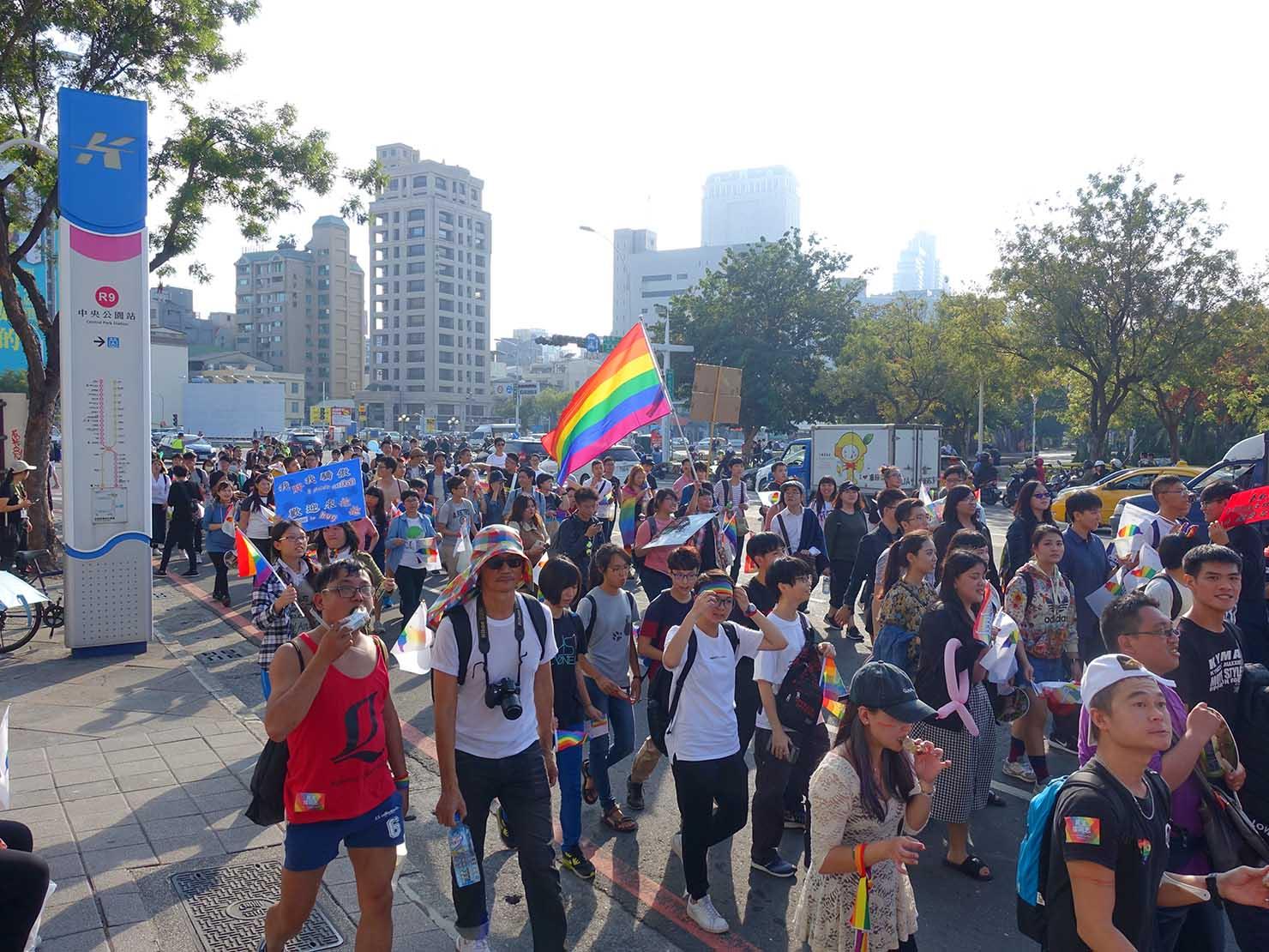 高雄同志大遊行(高雄レインボーパレード)2017で中央公園にさしかかるパレード隊列