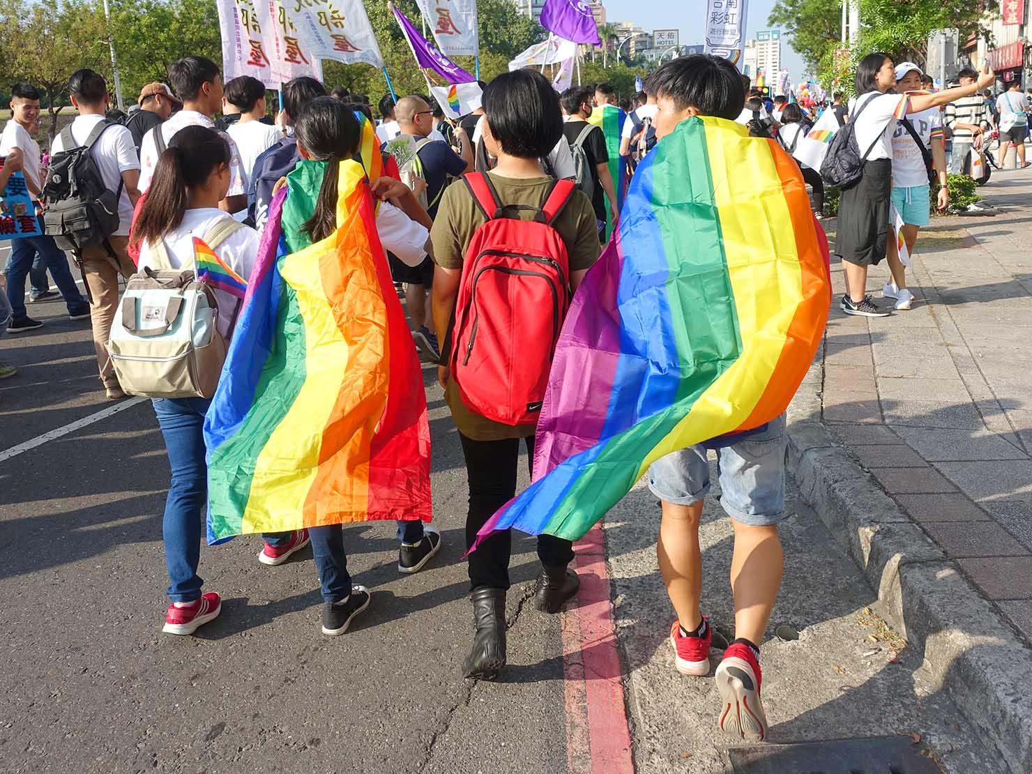 高雄同志大遊行(高雄レインボーパレード)2017でレインボーフラッグを纏って歩く参加者たち