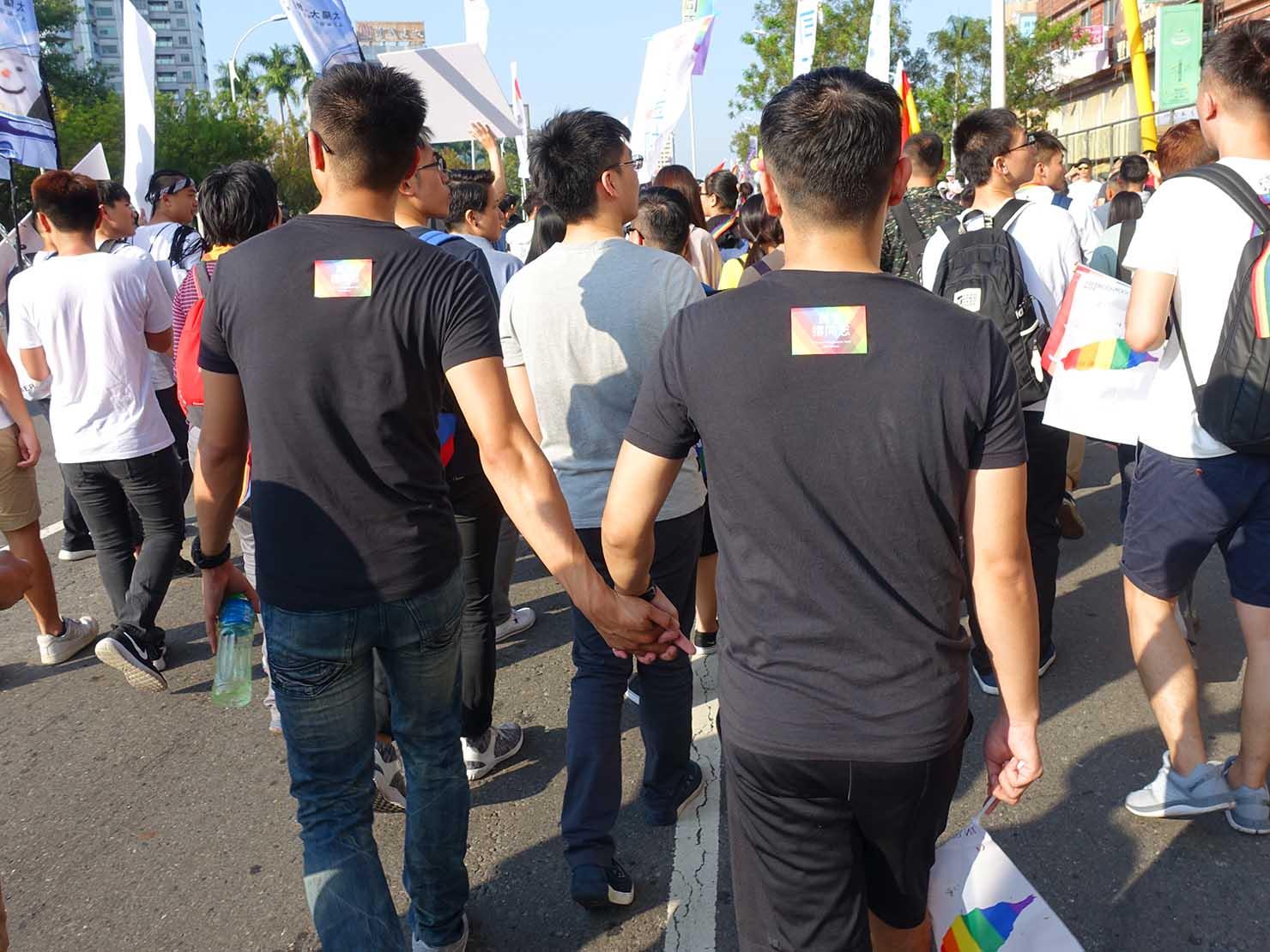 高雄同志大遊行(高雄レインボーパレード)2017で手を引いて歩くゲイカップル