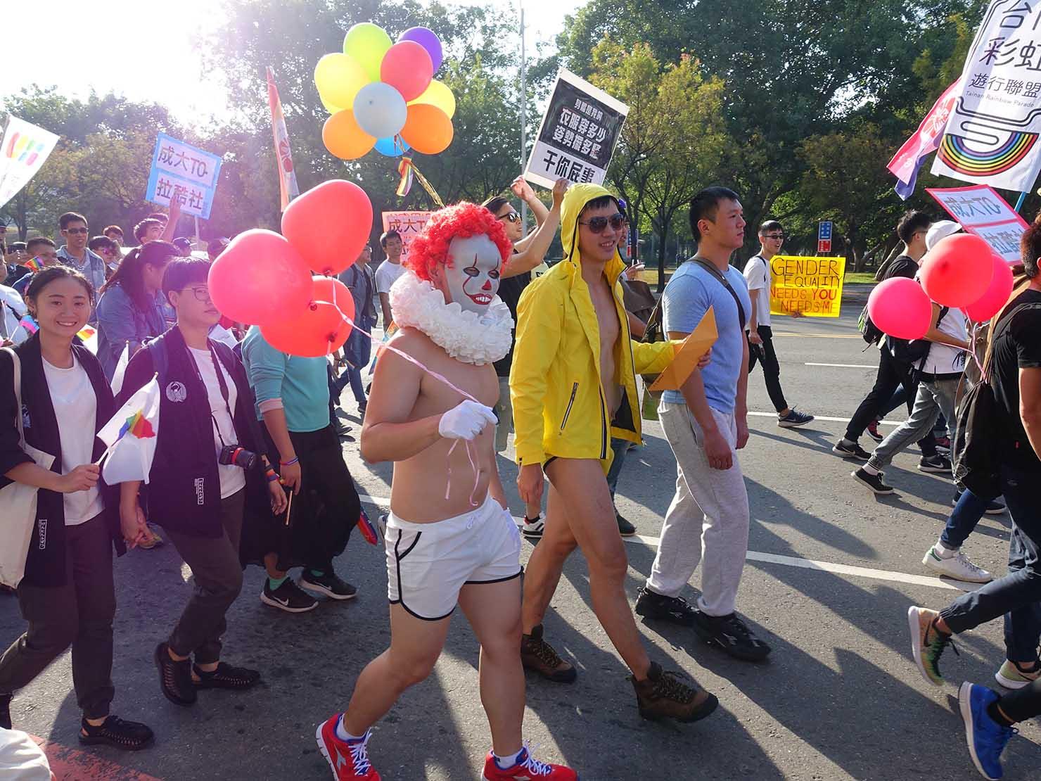 高雄同志大遊行(高雄レインボーパレード)2017でコスチュームを身につけて歩く参加者