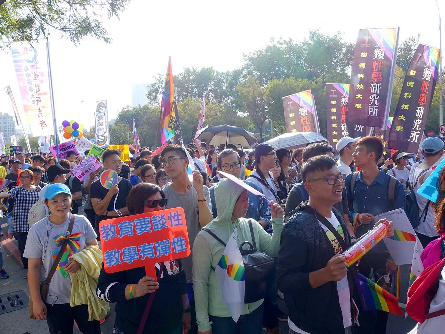 高雄同志大遊行(高雄レインボーパレード)2017でプラカードを掲げて歩く参加者たち