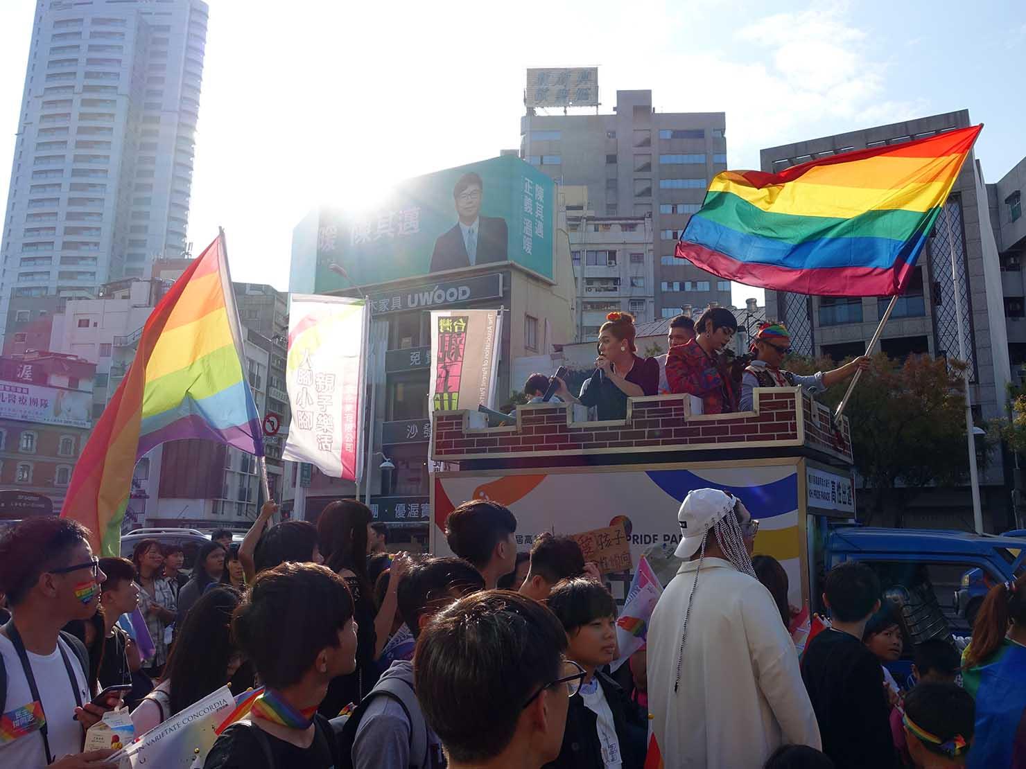 高雄同志大遊行(高雄レインボーパレード)2017のパレード隊列に降り注ぐ太陽