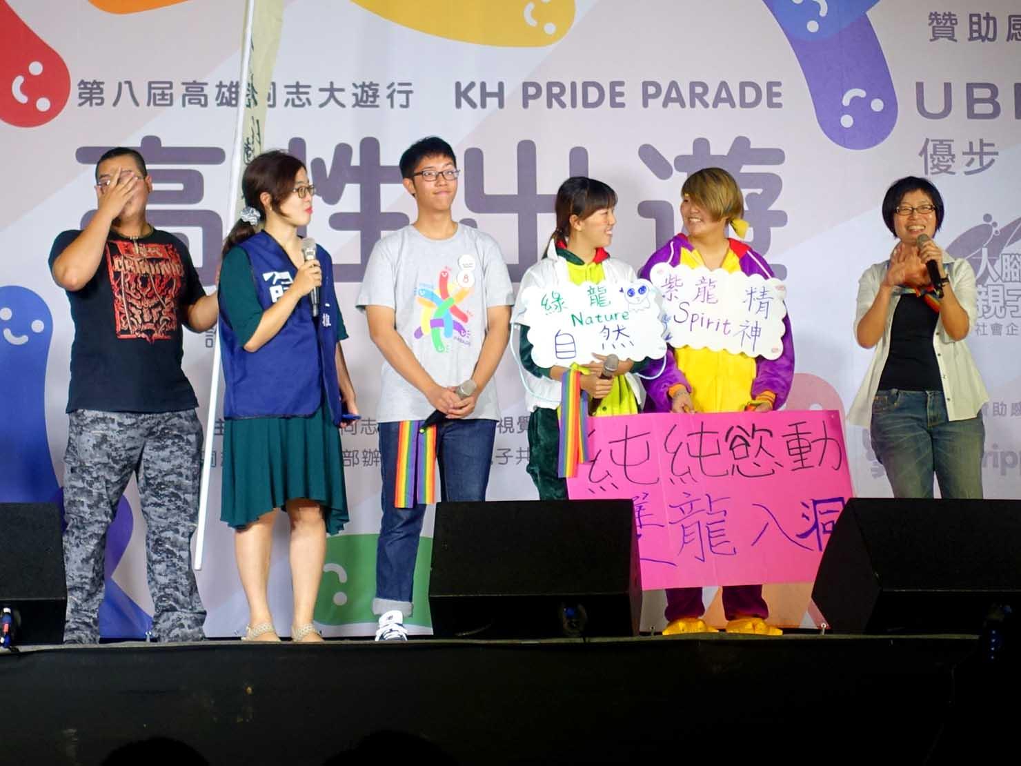 高雄同志大遊行(高雄レインボーパレード)2017のステージでスピーチをする高校生たち