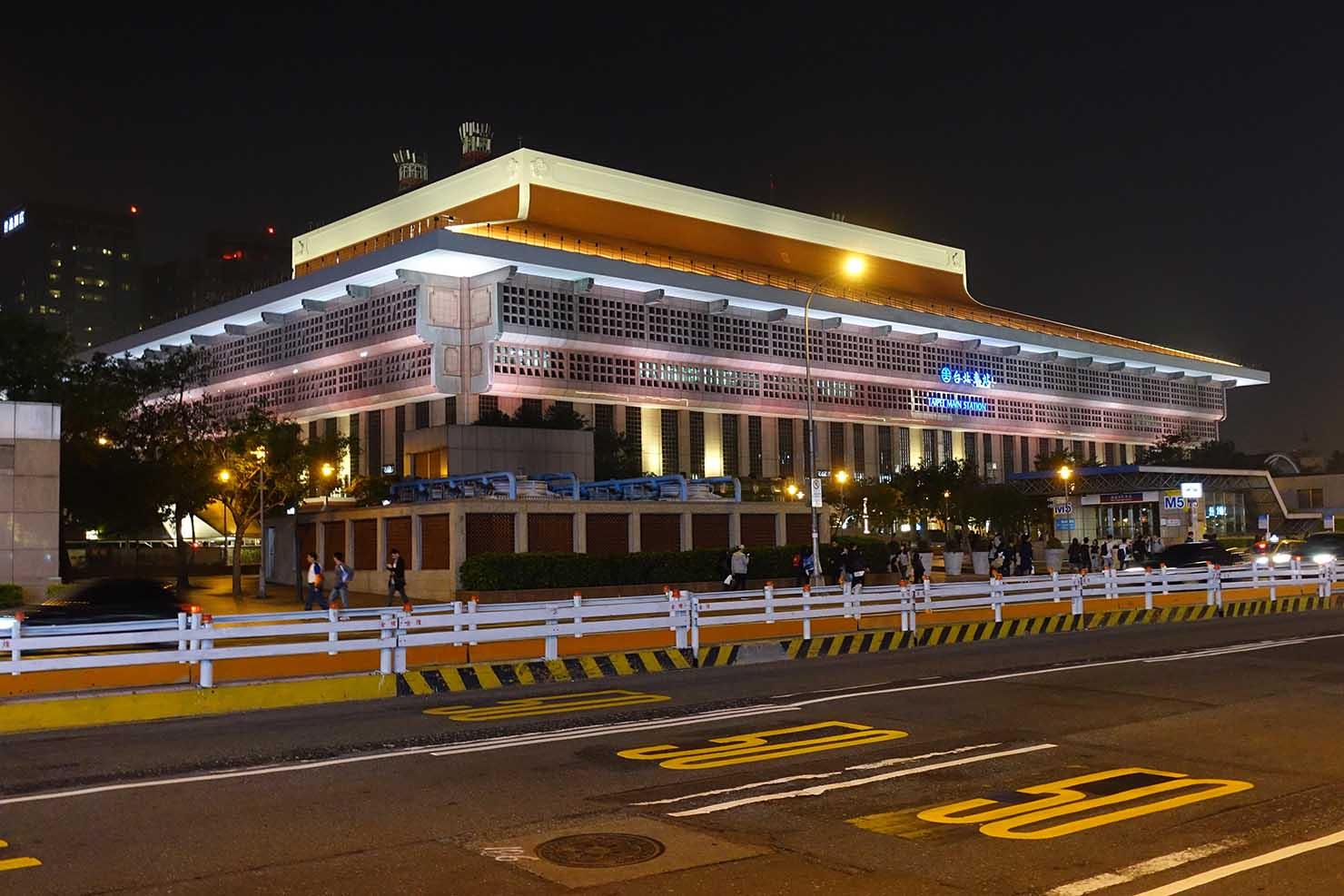 ライトアップされた台湾・台北駅の外観