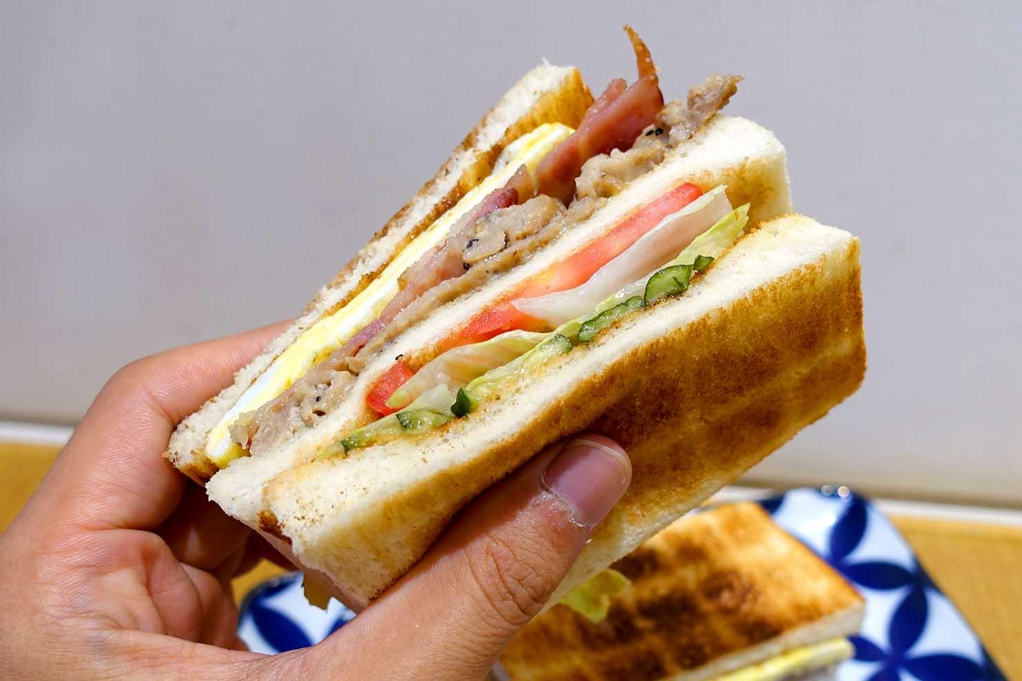 台北・西門町のおすすめ朝ごはん屋さん「山文治」の雙肉蛋文治(ホットサンドイッチ)クローズアップ