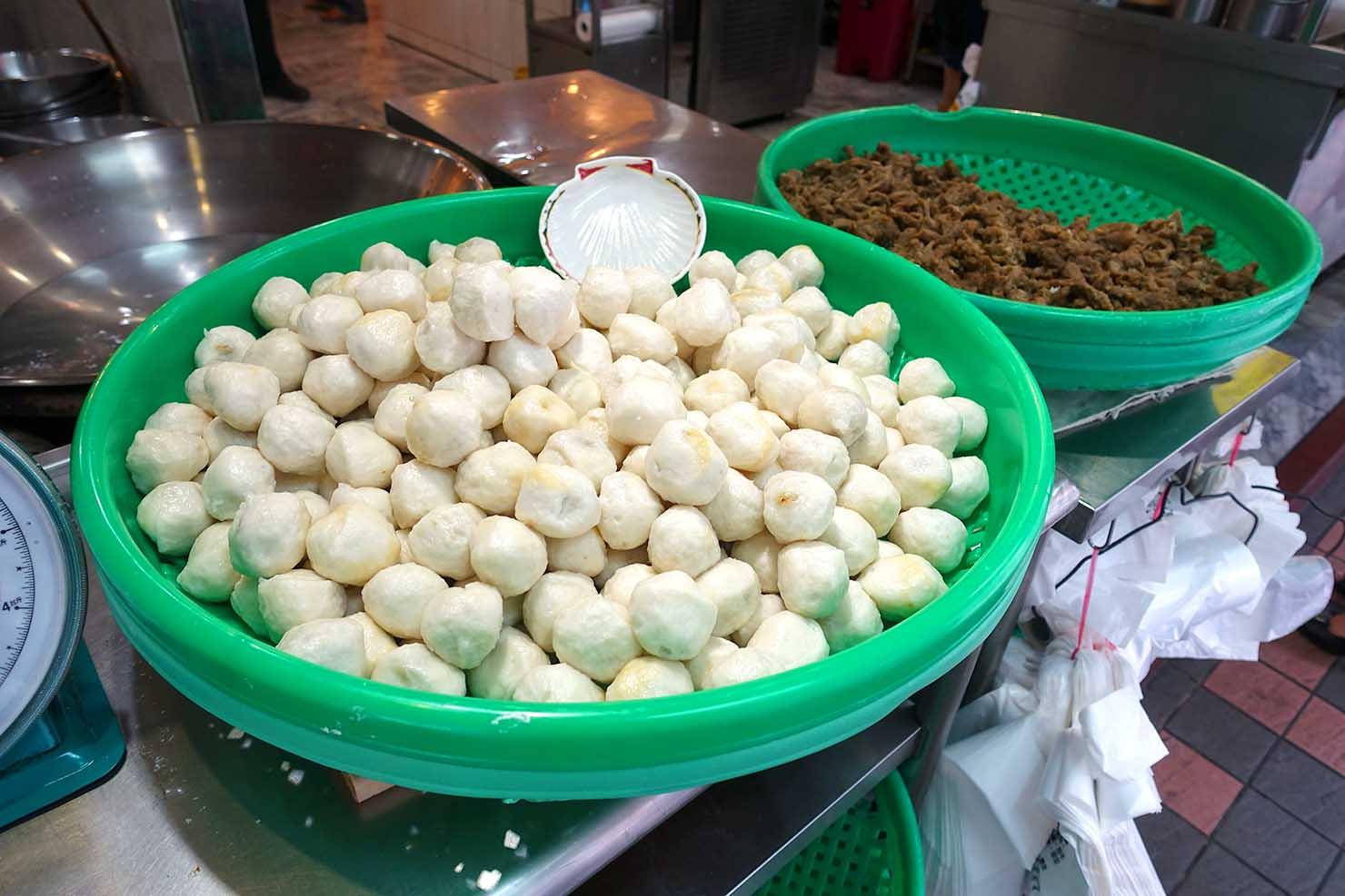 台北・西門町のおすすめ朝ごはん屋さん「永富魚丸湯」の軒先に盛られた魚のつみれボール