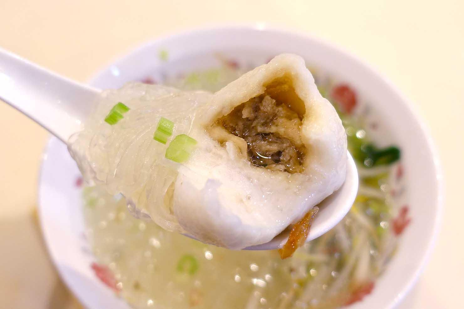 台北・西門町のおすすめ朝ごはん屋さん「永富魚丸湯」の福州魚丸湯+冬粉(魚のつみれ入り春雨スープ)クローズアップ