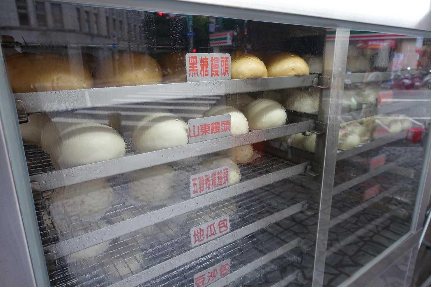 台北・西門町のおすすめ朝ごはん屋さん「大阿姨手工包子」の饅頭が並ぶ蒸し器
