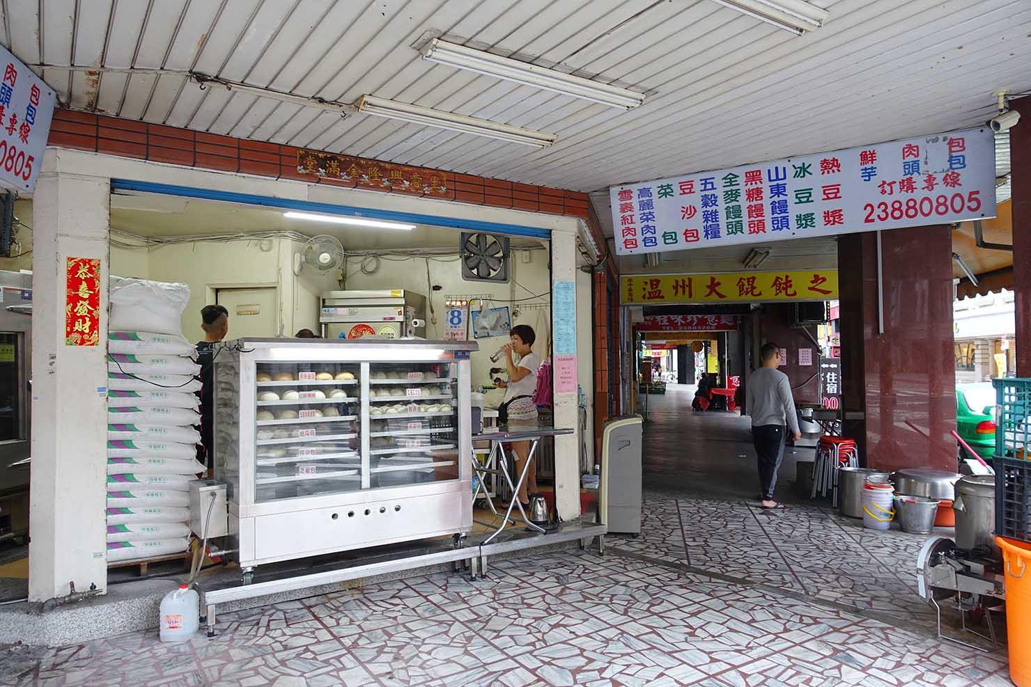 台北・西門町のおすすめ朝ごはん屋さん「大阿姨手工包子」の軒先