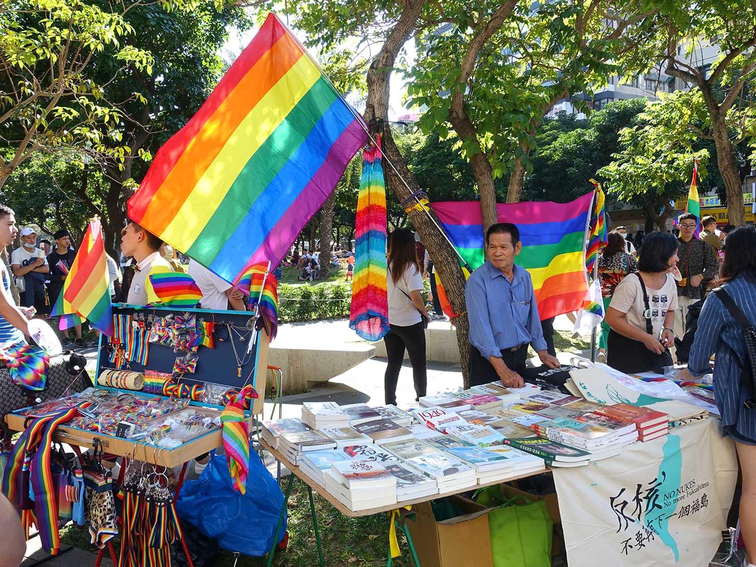 台中同志遊行(台中LGBTプライド)2017でレインボーグッズを並べるブース