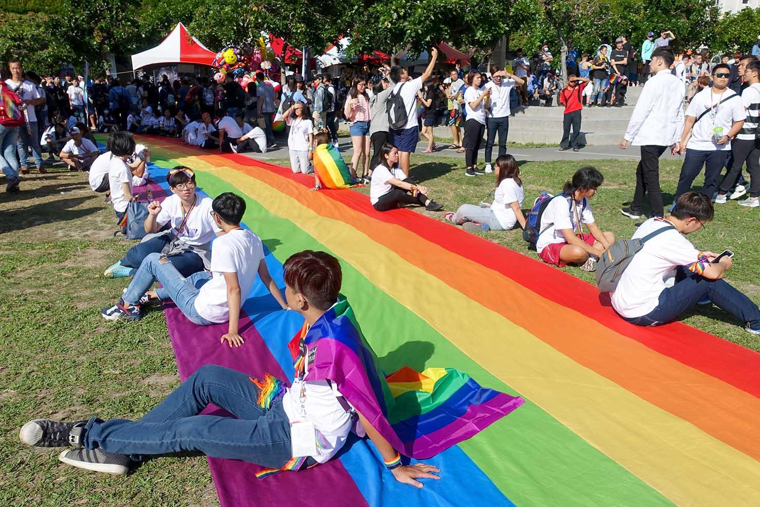 台中同志遊行(台中LGBTプライド)2017会場に待機する巨大レインボーフラッグ