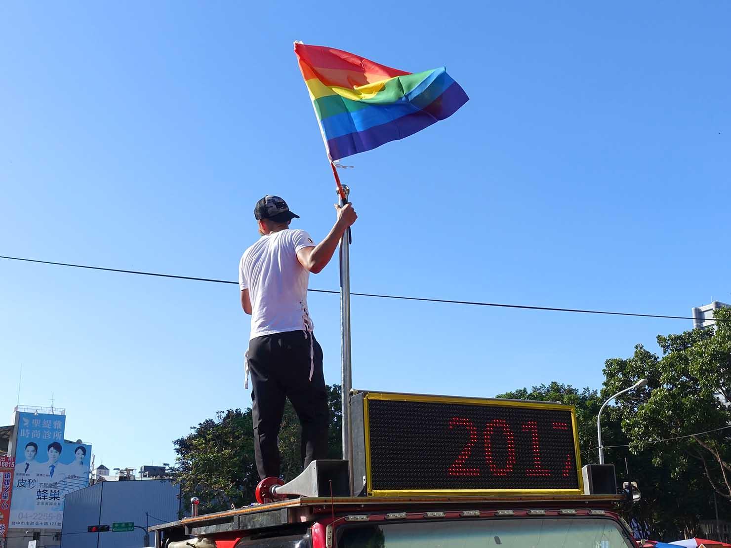 台中同志遊行(台中LGBTプライド)2017の先導車でレインボーフラッグを掲げる男性