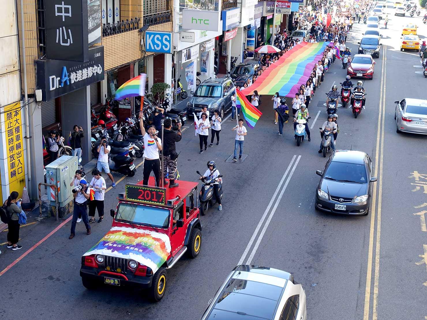 台中同志遊行(台中LGBTプライド)2017の歩道橋から見るパレード隊列