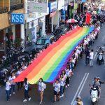 台中同志遊行(台中LGBTプライド)2017の歩道橋から見る巨大レインボーフラッグ