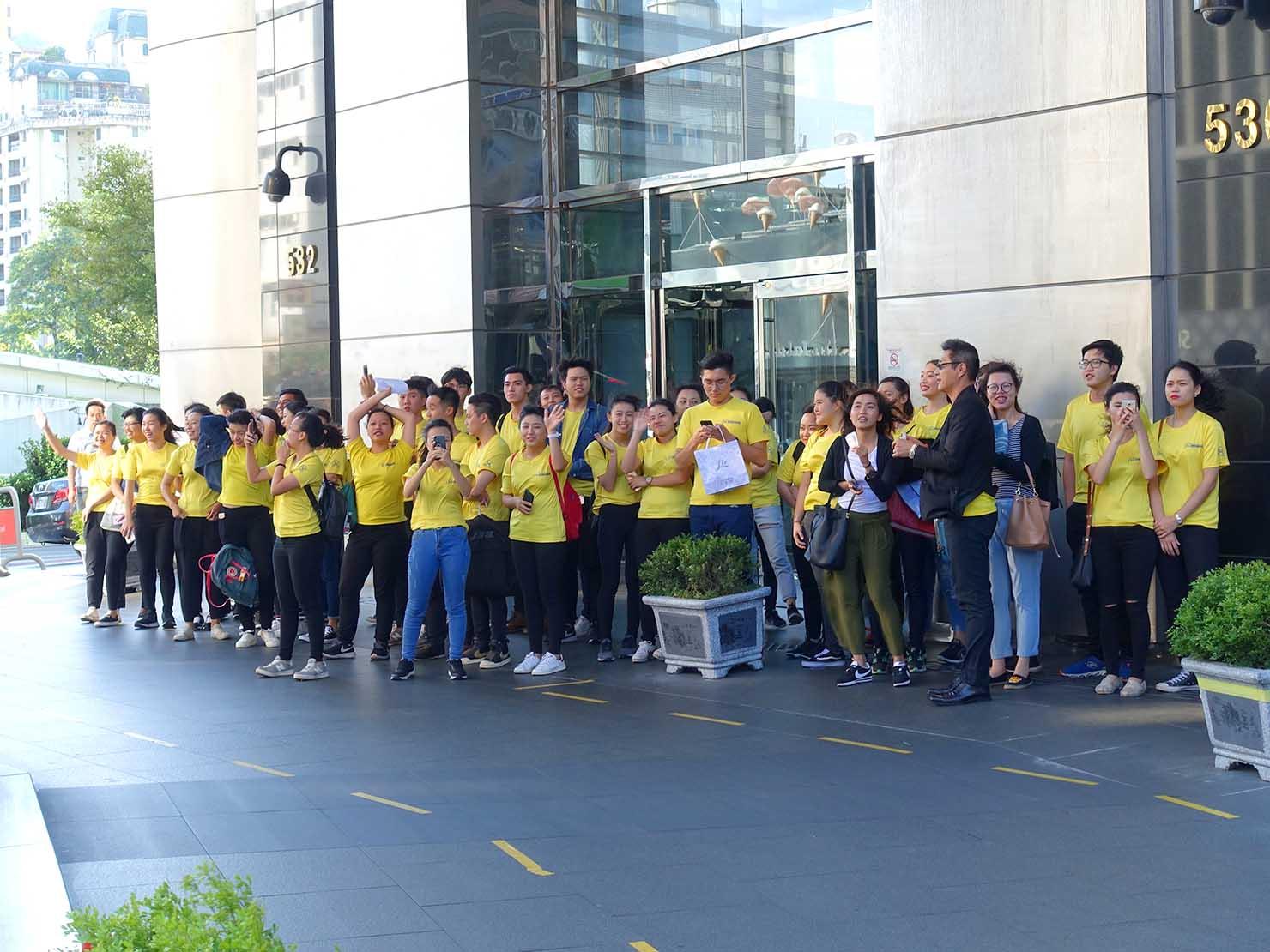 台中同志遊行(台中LGBTプライド)2017でオフィスエントラスに集まる支持者たち