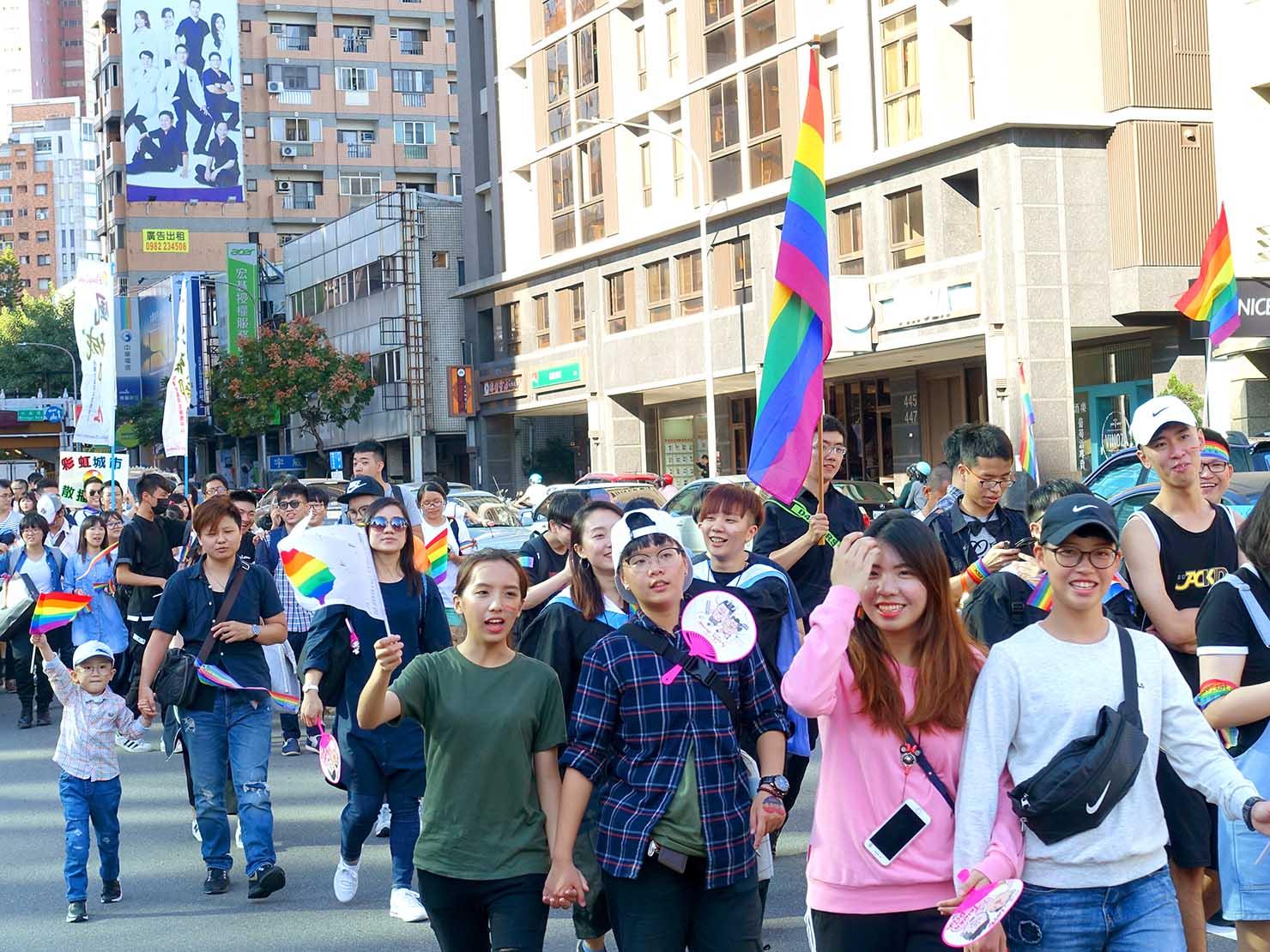 台中同志遊行(台中LGBTプライド)2017の正面から見るパレード隊列