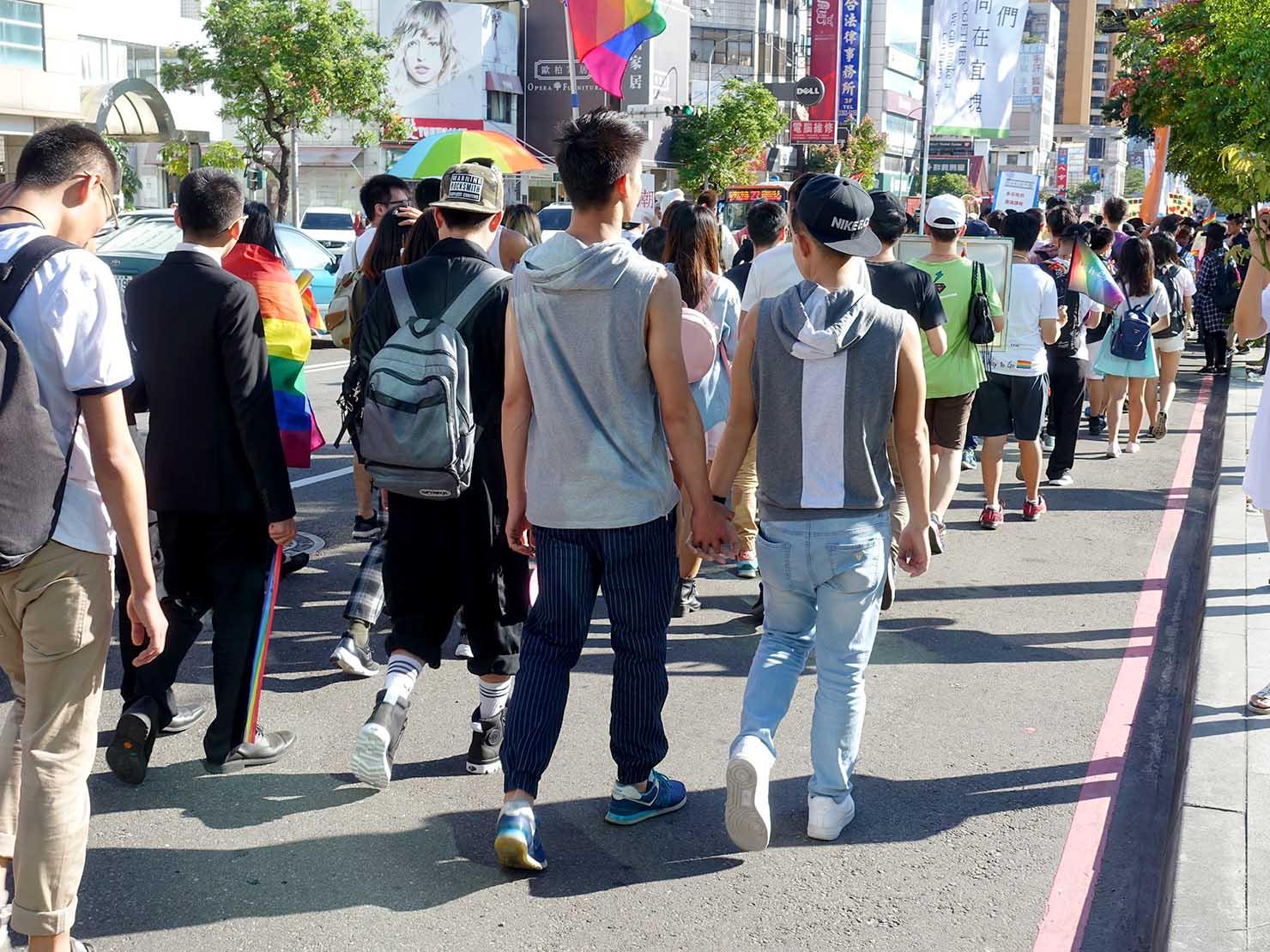 台中同志遊行(台中LGBTプライド)2017で手を繋いで歩くゲイカップル