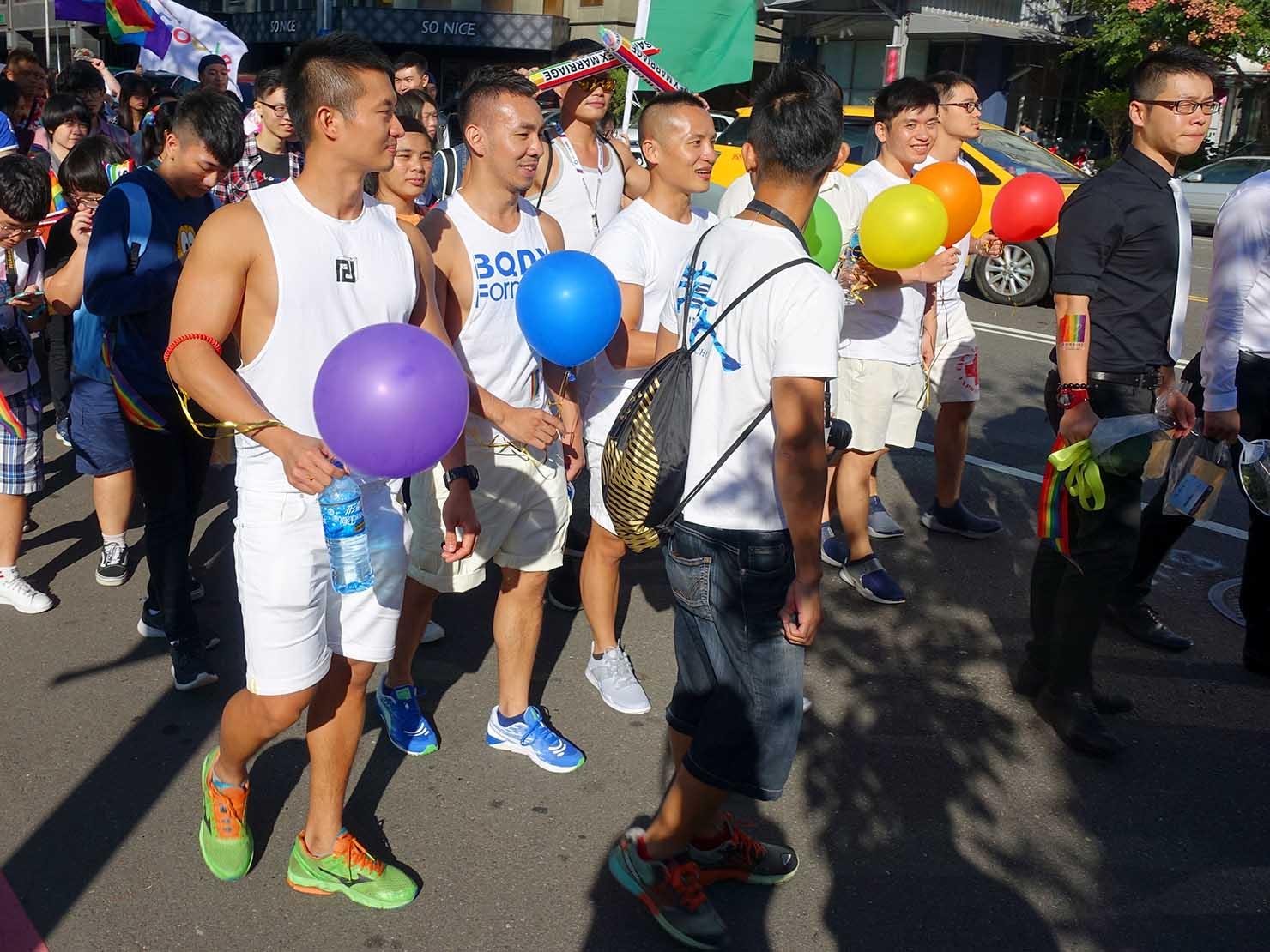 台中同志遊行(台中LGBTプライド)2017で風船を持って歩くイケメンたち