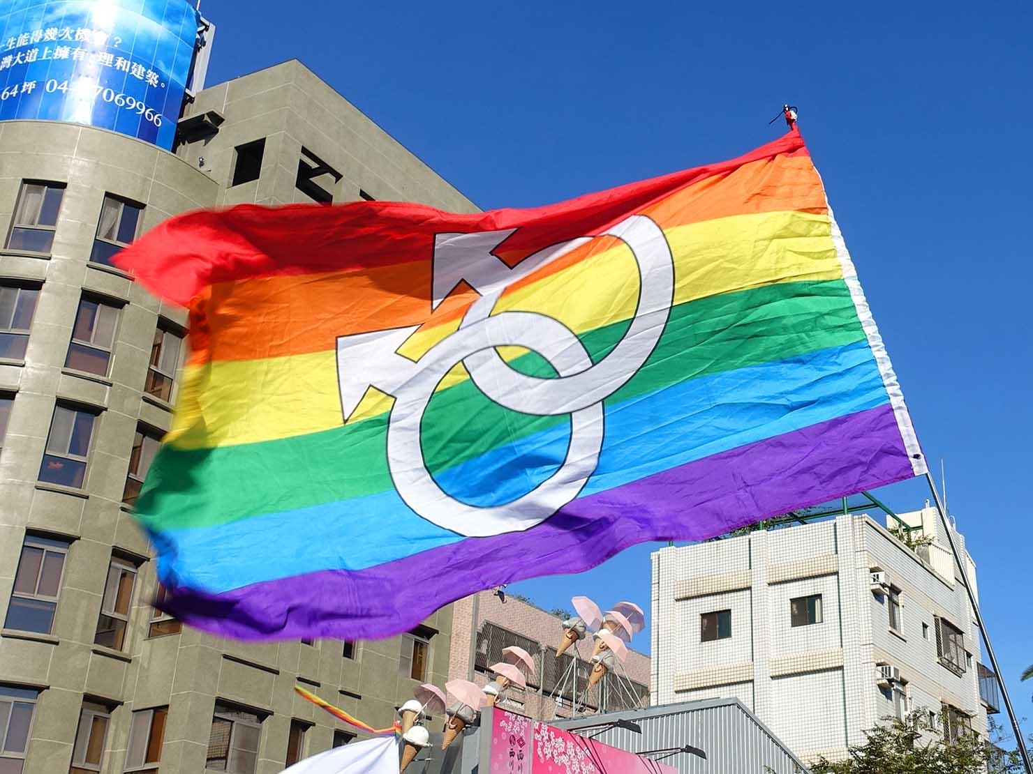 台中同志遊行(台中LGBTプライド)2017で青空にはためくレインボーフラッグ