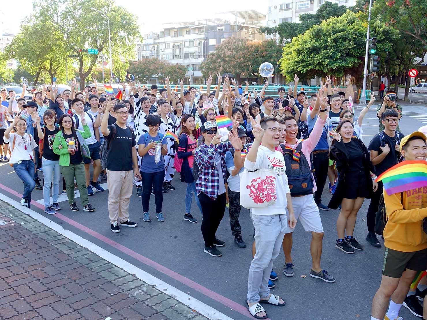 台中同志遊行(台中LGBTプライド)2017で記念撮影に応じる参加者たち