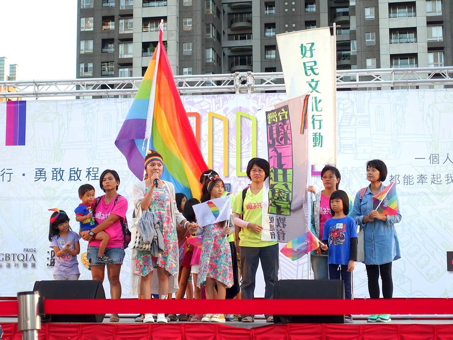 台中同志遊行(台中LGBTプライド)2017のステージでスピーチする親子での参加団体