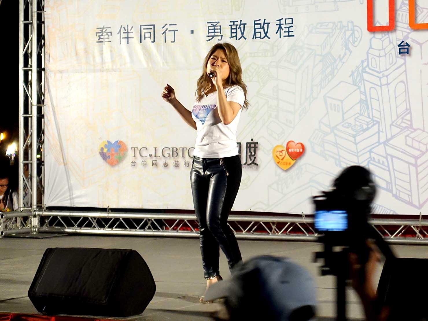 台中同志遊行(台中LGBTプライド)2017のステージでパフォーマンスする台湾のアーティスト・符瓊音